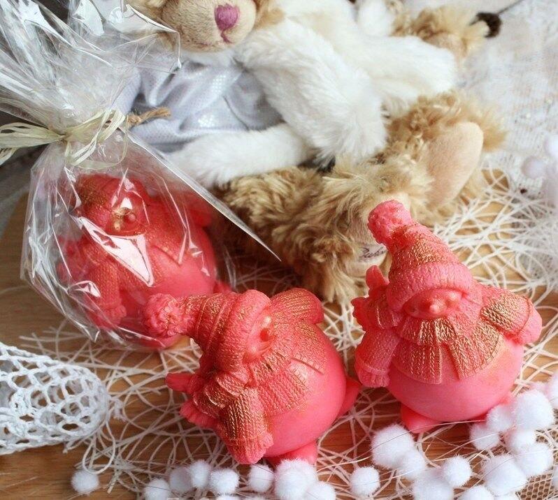 width='1' /></p><p> Это прекрасный новогодний сувенир, не только красивый и необычный, но и полезный. Каждый малыш словно присыпан серебристыми, золотистыми или бронзовыми хлопьями перламутрового снега. Ароматы ягод бодрят и дарят хорошее настроение! В составе: оливковое масло, эфирные масла, отдушки, витамины А и Е, глицерин. Великолепно смягчает и увлажняет кожу, прекрасно подходит для ежедневного душа.  Вес одного снеговика - 180гр Приятного Вам предвкушения самого любимого праздника - Нового Года Отправка производится из Санкт-Петербурга транспортными компаниями или курьерскими службами по согласованию. 100% предоплата. Пакет документов (бухгалтерских и декларация о соответствии) прилагаются.  Оптовые цены действуют при покупке мыла ручной работы на сумму от 10тыс.руб.           </p>                    </div>                </div>  <div class=