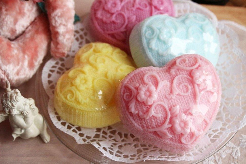 width='1' /></p><p> Это прекрасный сувенир на  день  влюбленных, к 8  марта, не только красивый и необычный, но и полезный. Ароматы весенних цветов: ландыша, жасмина, розы - нежные и очень сочные - в каждом  сердечке  целый букет! В составе: оливковое масло, эфирные  масла, витамины А и Е, глицерин, отдушки цветочные. Великолепно смягчает и увлажняет кожу, прекрасно подходит для ежедневного душа. Вес одного  сердечка  - около 140гр (достаточно крупное мыльце 8смХ8смХ3см (В)) Порадуйте себя и любимых! Подарите необычную и  полезную  валентинку! Отправка производится из Санкт-Петербурга транспортными компаниями или курьерскими службами по согласованию. 100% предоплата. Пакет документов (бухгалтерских и декларация о соответствии) прилагаются.  Оптовые цены действуют при покупке мыла ручной работы на сумму от 10тыс.руб.           </p>                    </div>                </div>  <div class=